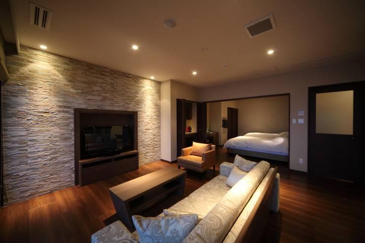 客室和洋室タイプ: 株式会社井上輝美建築事務所+都市開発研究所  aim.design studioが手掛けたホテルです。