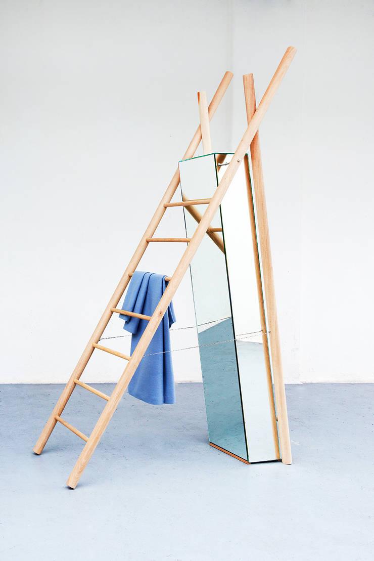 Standing Reflection:  Kleedkamer door LUCAS & LUCAS