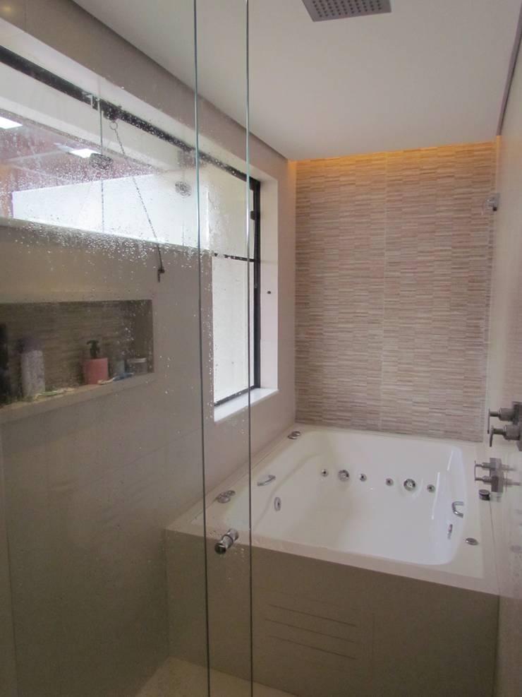 Banheiro Casal: Banheiros  por Ana Donadio Arquitetura