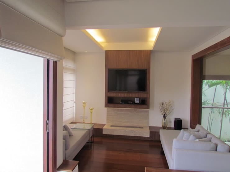 Sala com lareira e Home Theater: Salas de estar  por Ana Donadio Arquitetura