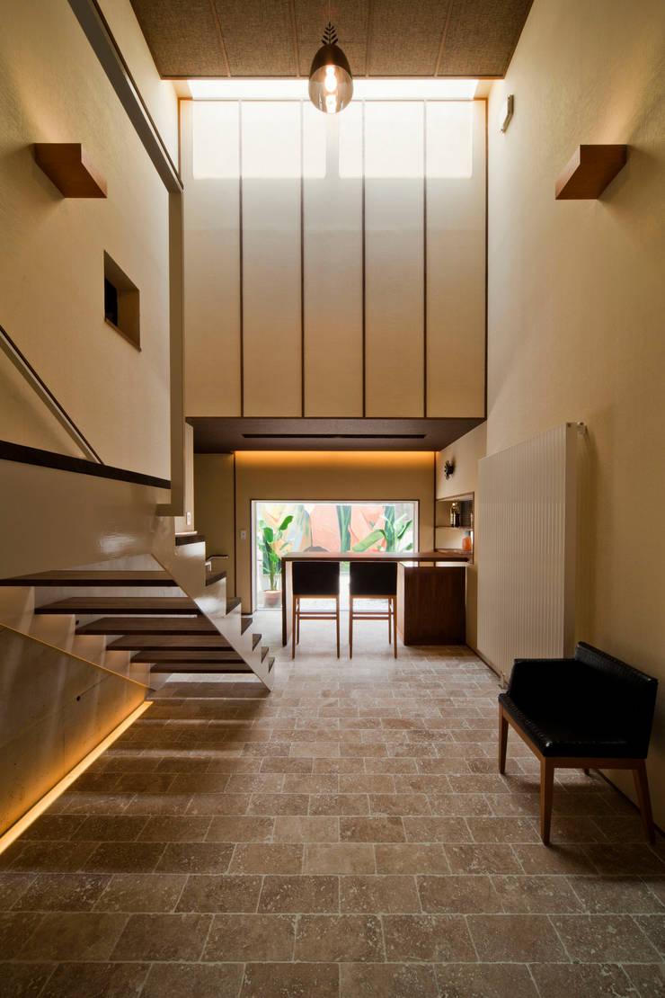 Pasillos y hall de entrada de estilo  por MAY COMPANY & ARCHITECTS, Moderno