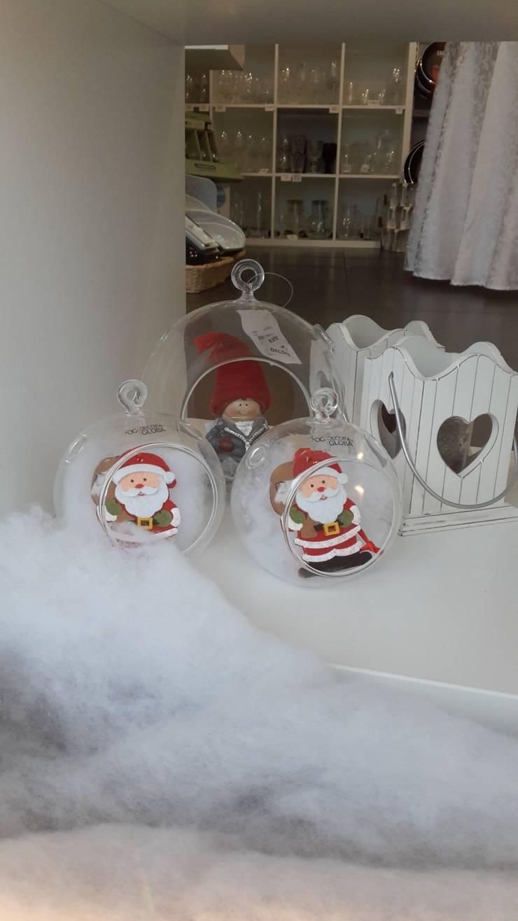 Bolas em vidro c/bonecos natalícios.: Casa  por Maravilhas do Berço Lda