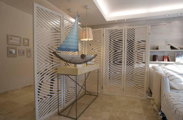 VIVIR Y TRABAJAR JUNTO AL MAR: Pasillos y vestíbulos de estilo  de Ines Calamante Diseño de Interiores