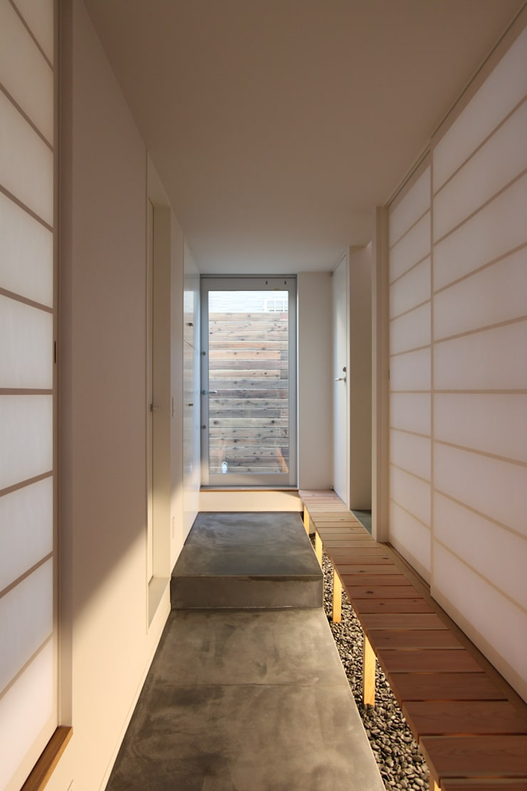 青葉台の家 : shibuyaが手掛けた廊下 & 玄関です。,