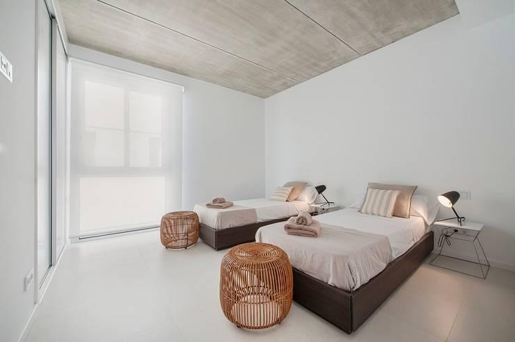 VIVIENDA UNIFAMILIAR EN BARCARÉS: Dormitorios de estilo moderno de MARÈS ARQUITECTURA
