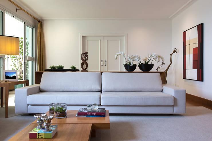 Salon de style  par Flavia Castellan Arquitetura,