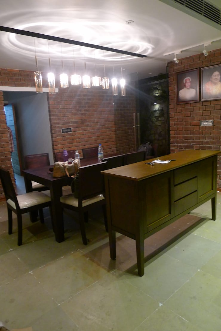 Brick House , Wardha , Nagpur, India: rustic Dining room by Mu design
