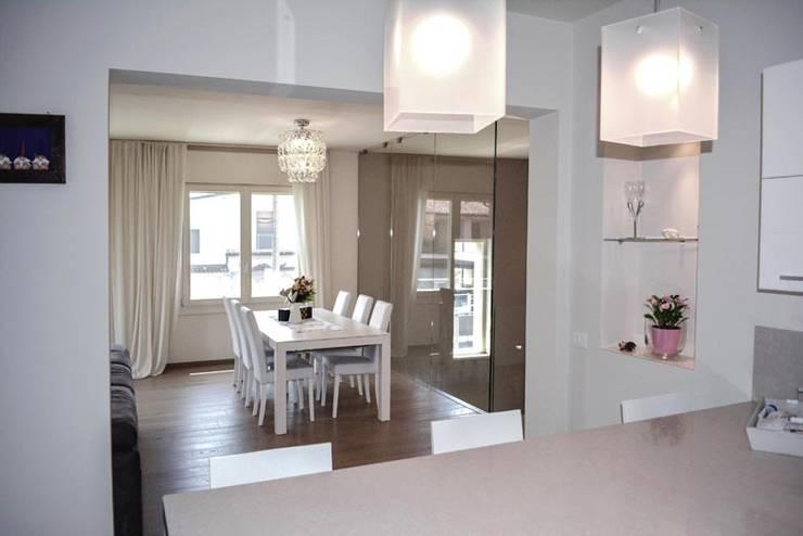 nova House: Sala da pranzo in stile in stile Moderno di NCe Architetto