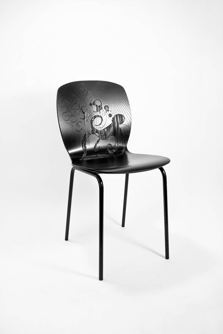 """""""YOURS"""" stoel:  Woonkamer door ontwerpstudio Roi de Bruijn"""