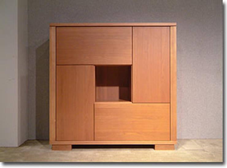 収納: TANIGAWA STUDIO 家具デザインが手掛けたリビングルームです。