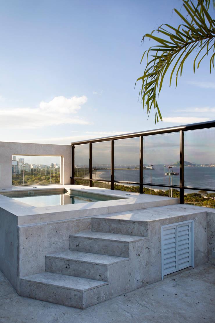 Cobertura Flamengo: Terraços  por Carmen Mouro - Arquitetura de Exteriores e Paisagismo,