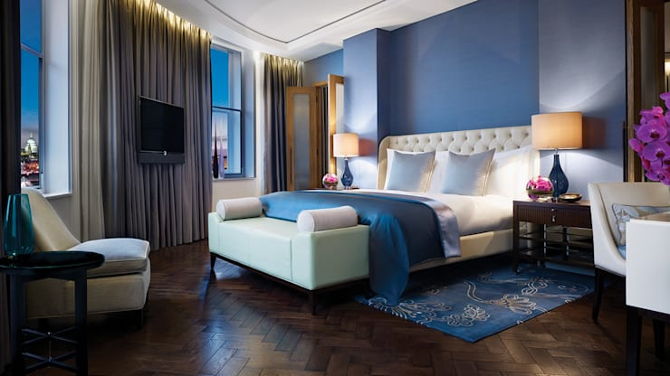 Corinthia Hotel Penthouses: classic Bedroom by Debbie Flevotomou Architects Ltd.