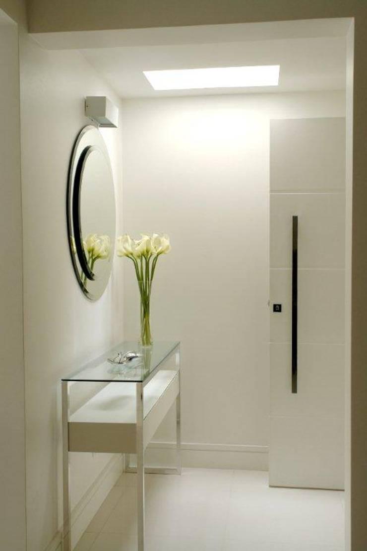 PR. AW. SAÚDE: Sala de estar  por Tatiana Spencer Arquitetura e Design