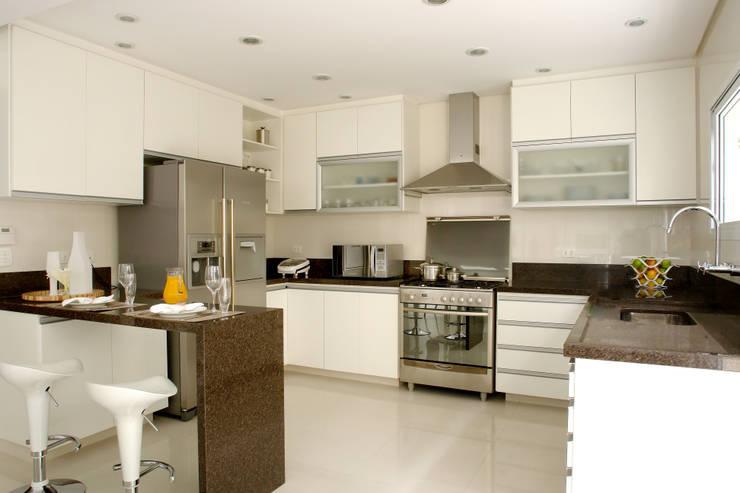 PR. AW. SAÚDE: Cozinha  por Tatiana Spencer Arquitetura e Design