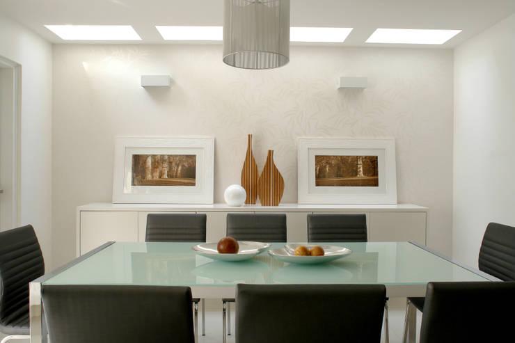 PR. AW. SAÚDE: Sala de jantar  por Tatiana Spencer Arquitetura e Design