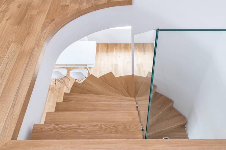 DREWNIANE SCHODY : styl , w kategorii Korytarz, hol i schody zaprojektowany przez BRODA schody-dywanowe