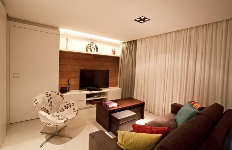 APARTAMENTO RM51: Salas de estar minimalistas por Aquadrado Arquitetura