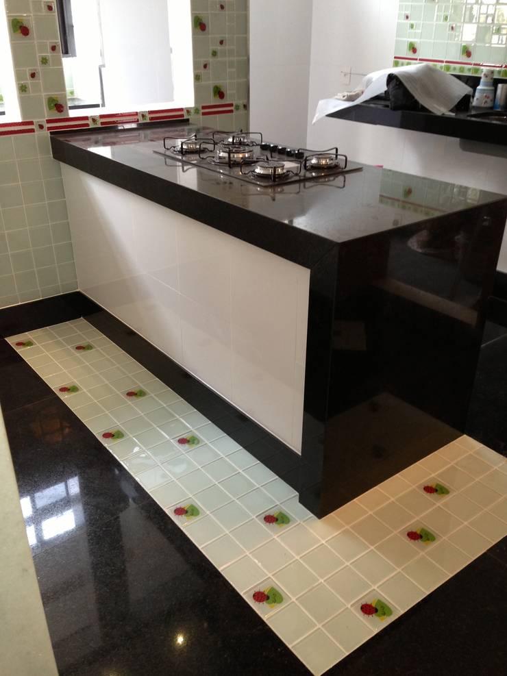 Detalhe piso cozinha: Cozinhas modernas por Mágda Braga Interiores