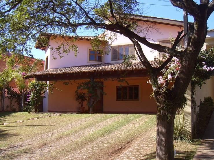Parque Sabará I: Casas  por Terence Arquitetura