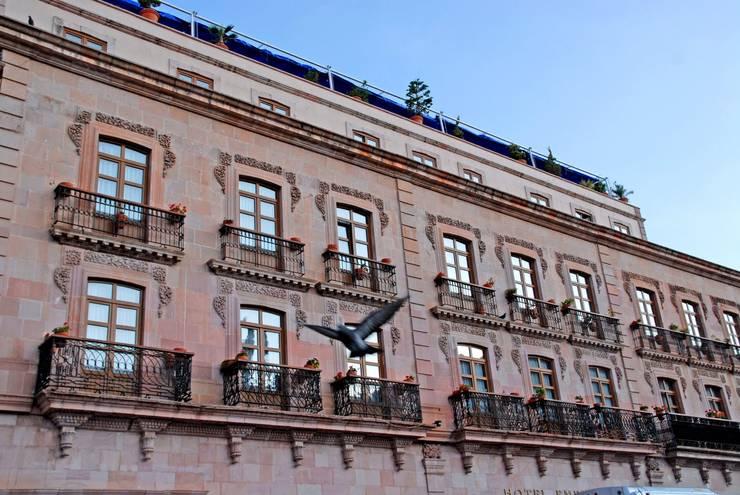 Fachada exterior después de la remodelación : Casas de estilo  por Windlock - soluciones sustentables