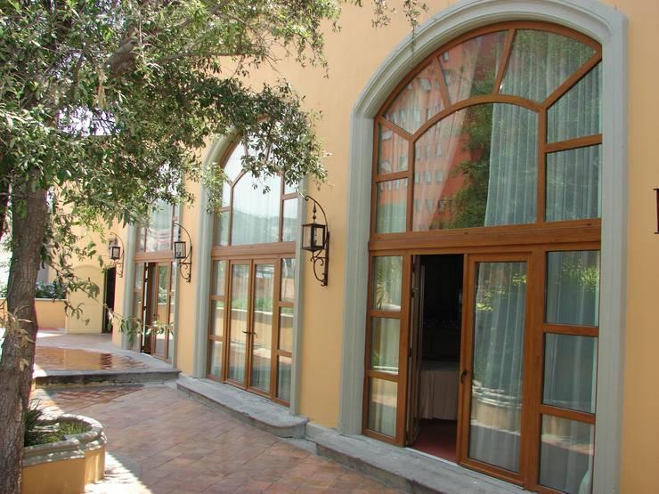 Fachada exterior después de la remodelación Casas coloniales de Windlock - soluciones sustentables Colonial