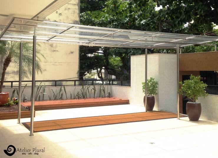 Cobertura aço inox: Terraços  por Atelier Plural