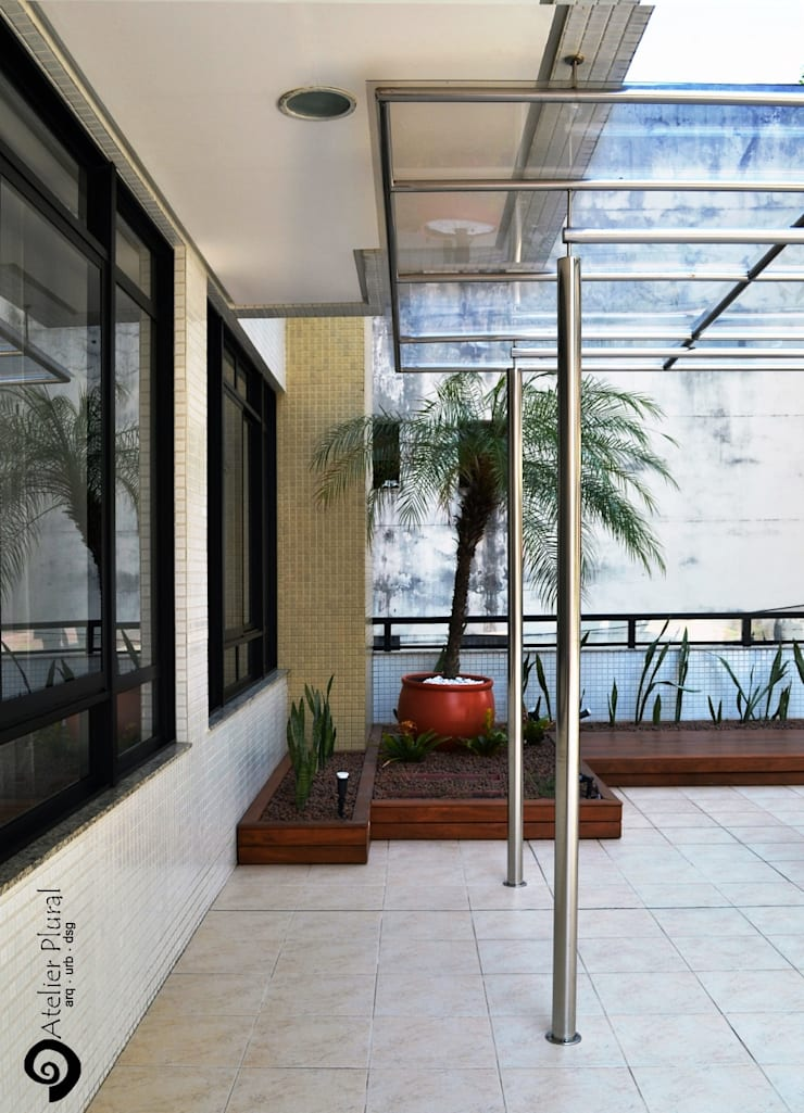 Detalhe da junção da cobertura com o prédio: Terraços  por Atelier Plural