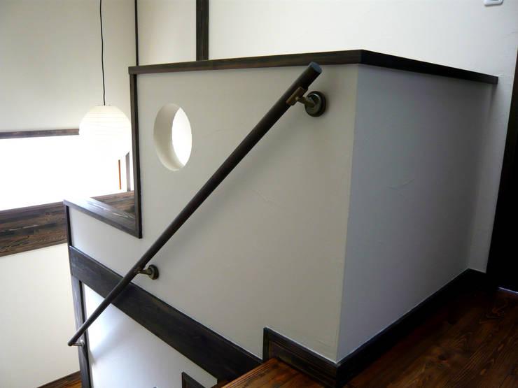 都築の家: 設計工房 A・D・FACTORY 一級建築士事務所が手掛けた廊下 & 玄関です。