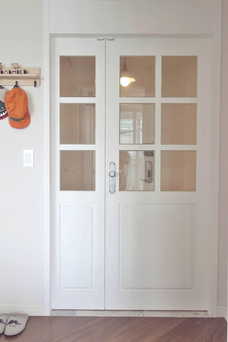 프로방스 느낌의 화이트톤 33평 인테리어: 홍예디자인의  창문