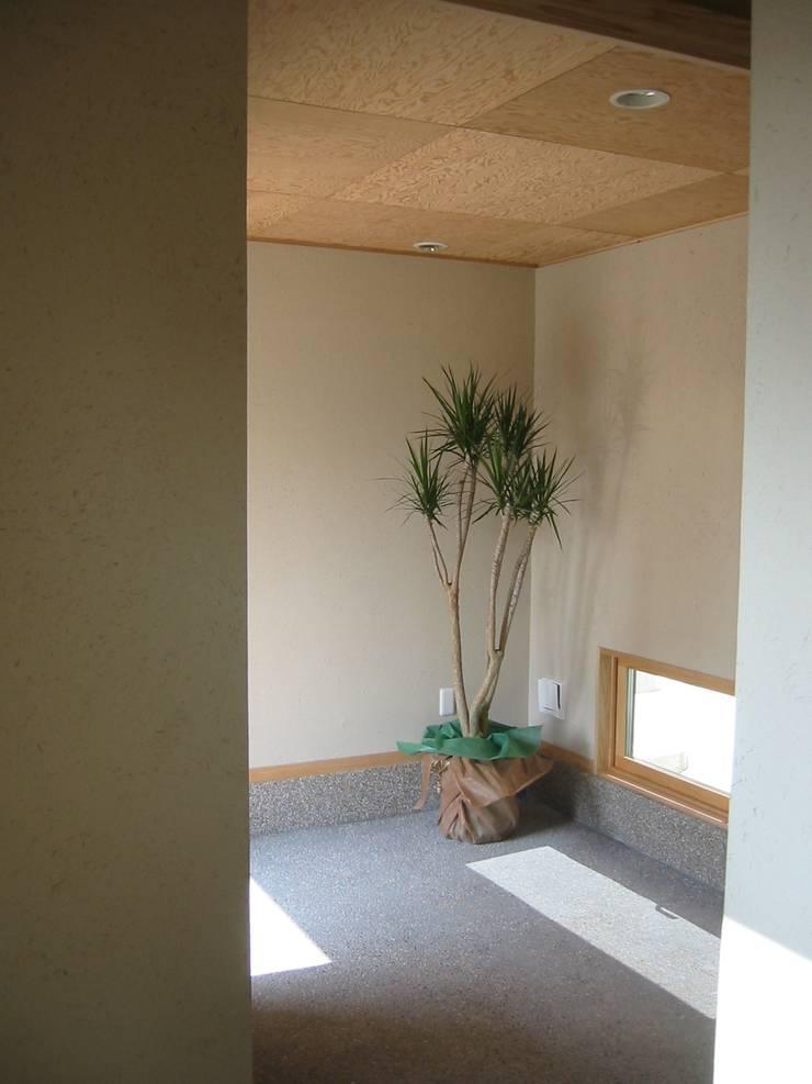 HOUSE華茶庵: 設計工房 A・D・FACTORY 一級建築士事務所が手掛けた廊下 & 玄関です。