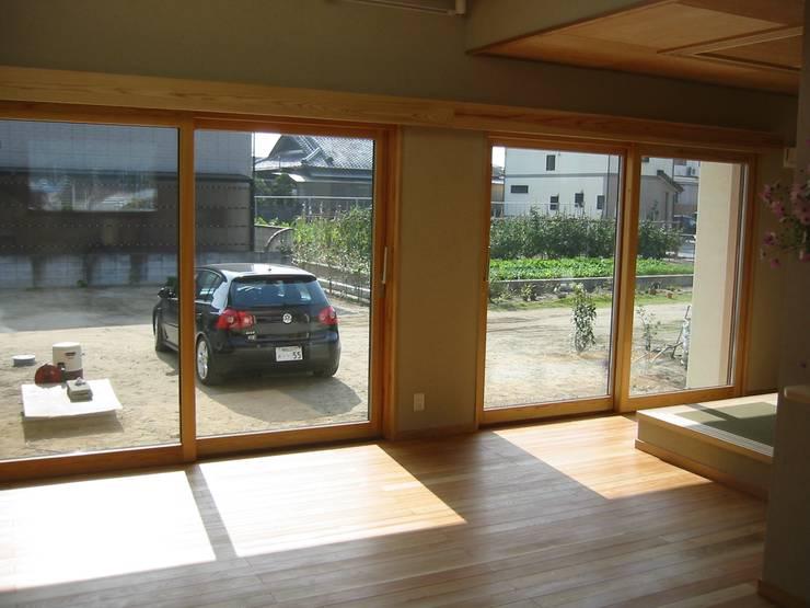 HOUSE華茶庵: 設計工房 A・D・FACTORY 一級建築士事務所が手掛けたリビングです。