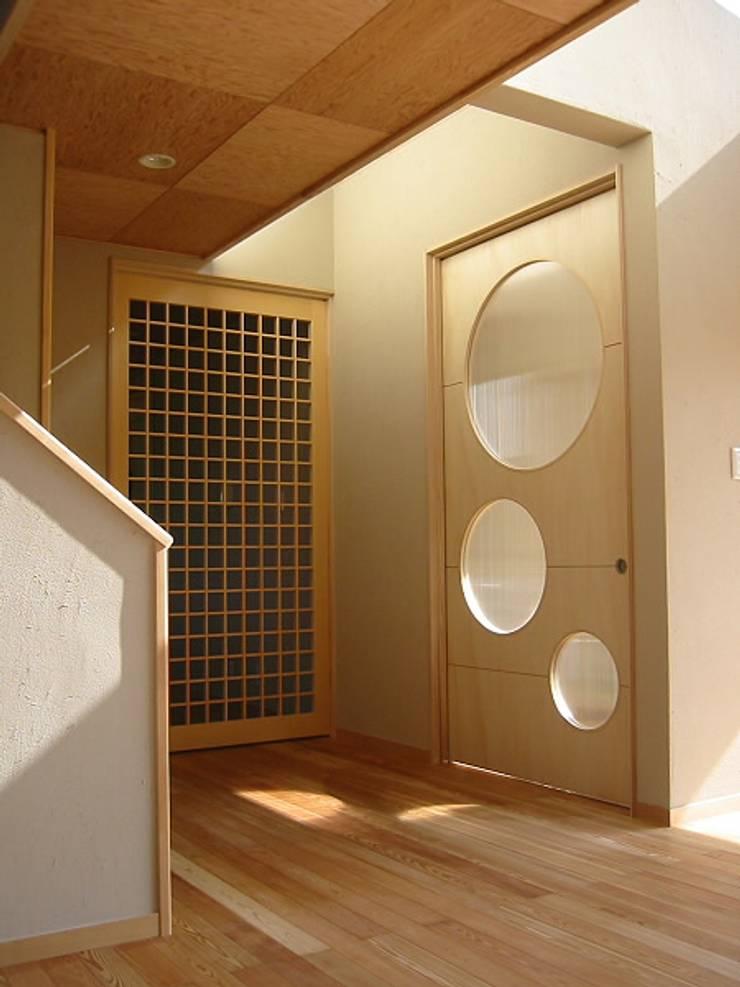HOUSE華茶庵: 設計工房 A・D・FACTORY 一級建築士事務所が手掛けた窓です。