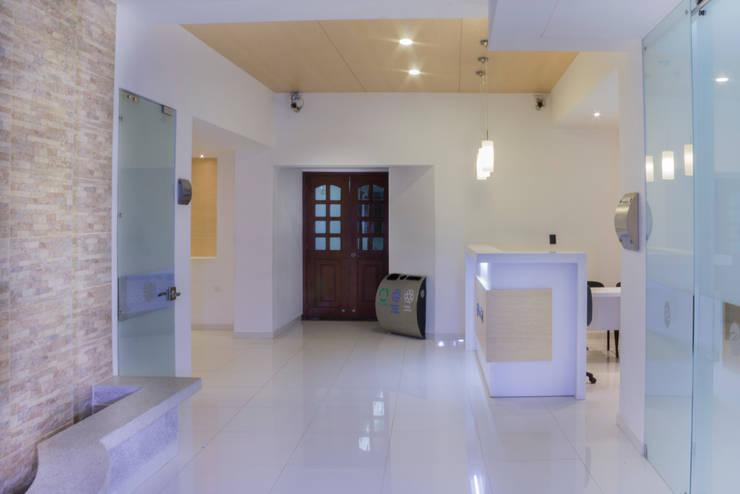 Sala de Velación FRATERNIDAD:  de estilo  por A-CUATTRO ARQUITECTURA