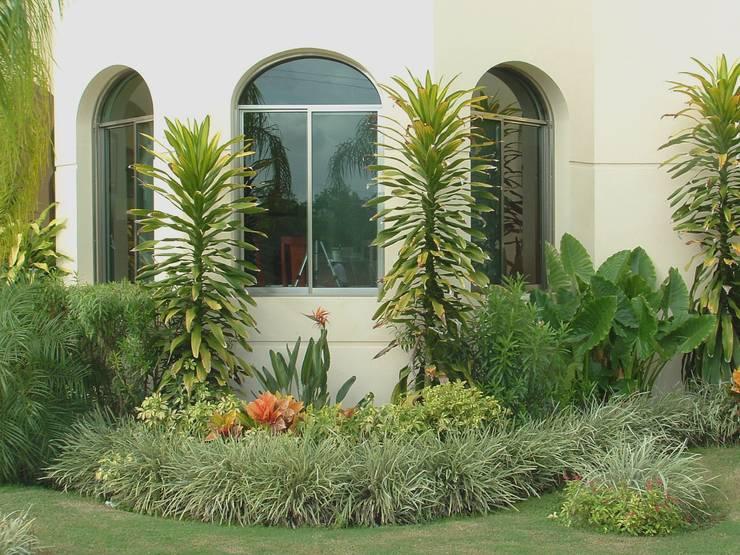 CASA CEIBA: Jardines de estilo  por EcoEntorno Paisajismo Urbano
