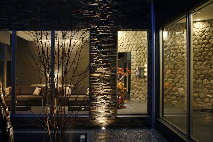 外部からのフロントロビー: 株式会社井上輝美建築事務所+都市開発研究所  aim.design studioが手掛けたホテルです。