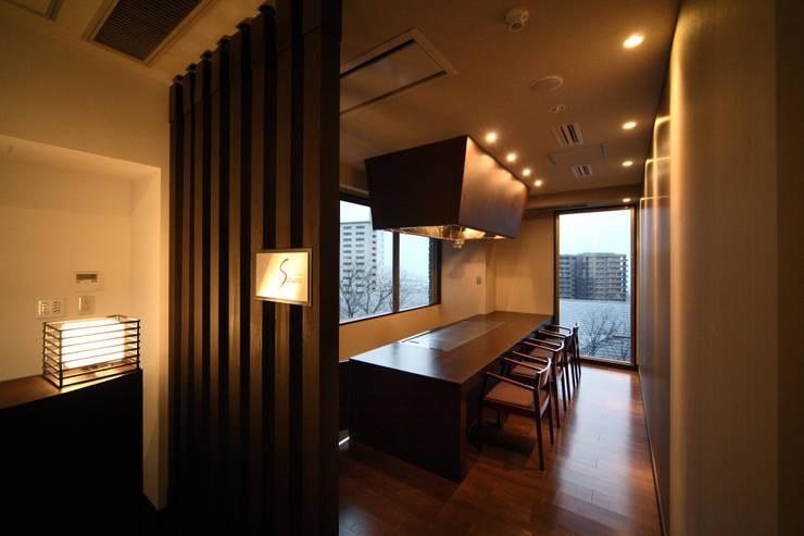 食事処内鉄板焼きカウンター: 株式会社井上輝美建築事務所+都市開発研究所  aim.design studioが手掛けたホテルです。