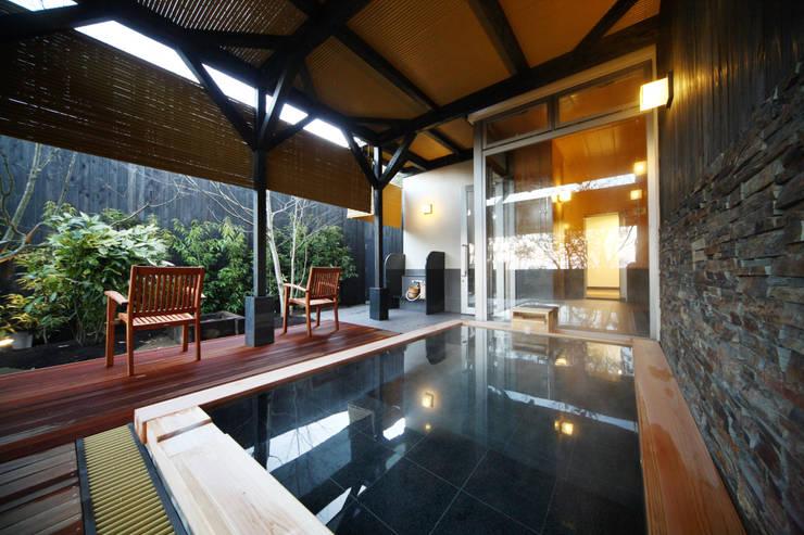 1F大浴場露天風呂: 株式会社井上輝美建築事務所+都市開発研究所  aim.design studioが手掛けたホテルです。