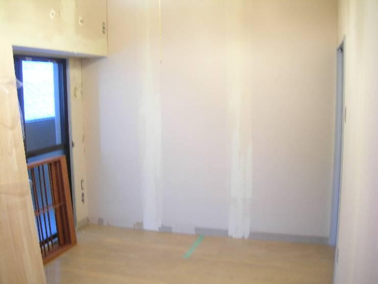 1部屋をまるまるウォークインクローゼットにしたい!そんな収納のご要望です。: インテリア研究事務所が手掛けた寝室です。,