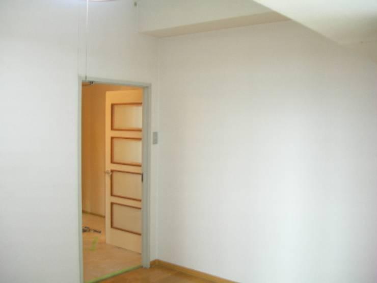 寝室です。アクセントクロスはいかがいたしましょうか?: インテリア研究事務所が手掛けた寝室です。,