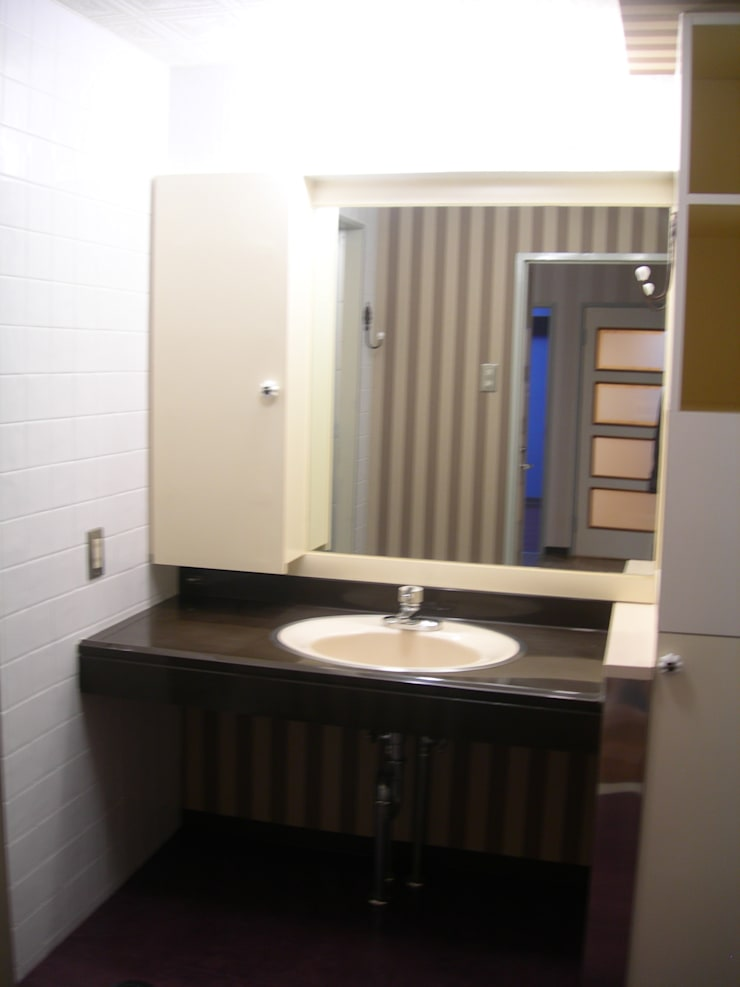 洗面ボールは特殊コーティングできれいに。壁紙にもこだわりました。: インテリア研究事務所が手掛けた浴室です。,
