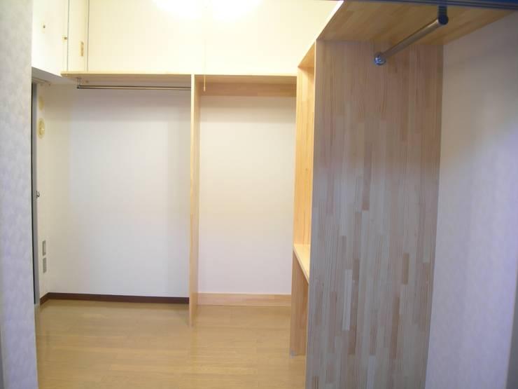積層材、大工さんによるウォークインクローゼットを作りました。予算はかなりおさえることができました。: インテリア研究事務所が手掛けた寝室です。,