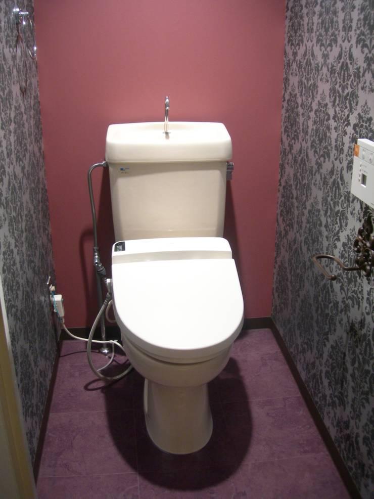 トイレもクライアントがどこか海外旅行に行ったときの印象に残っている壁紙にしたい。という要望。探すのに苦労しました。: インテリア研究事務所が手掛けた浴室です。,