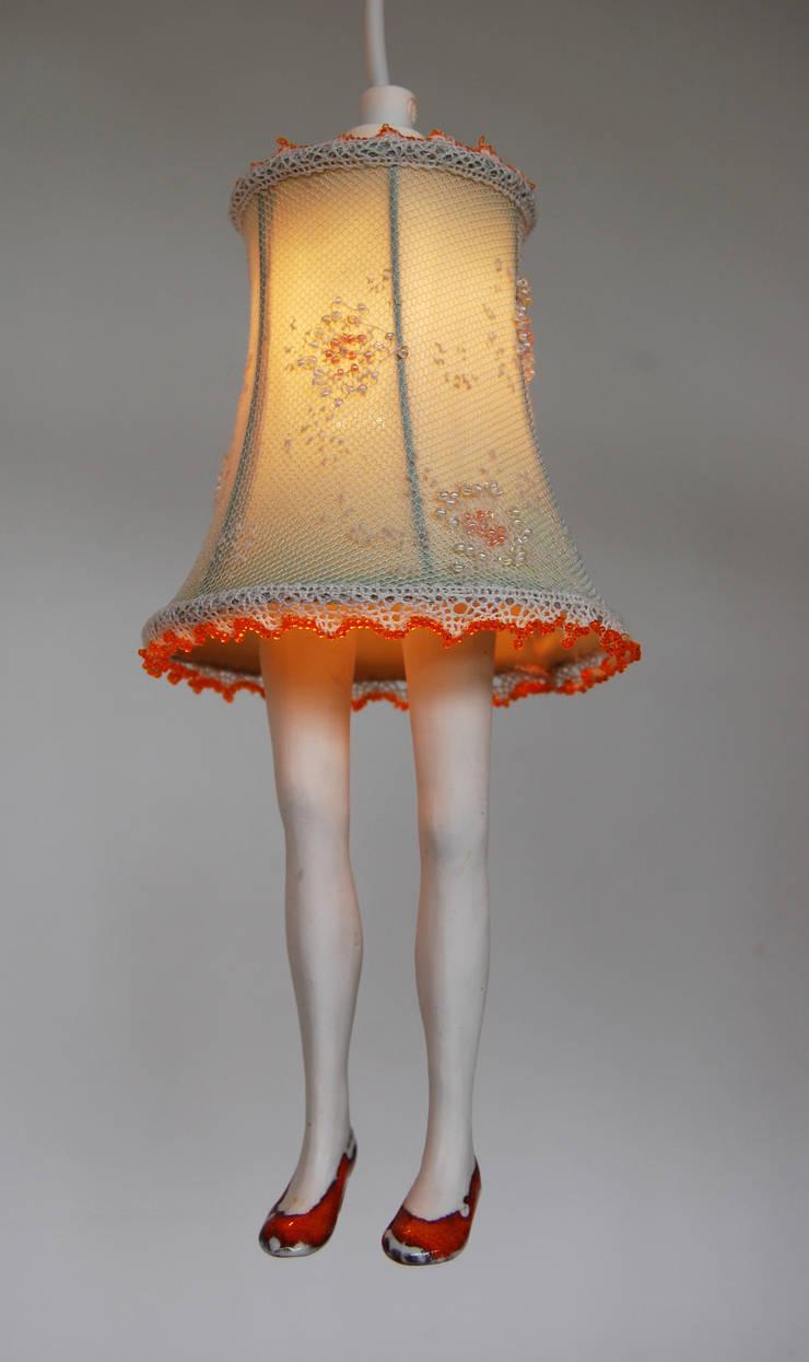 Lampje met beentjes: modern  door Marsha Metselaar, Modern Textiel Amber / Goud