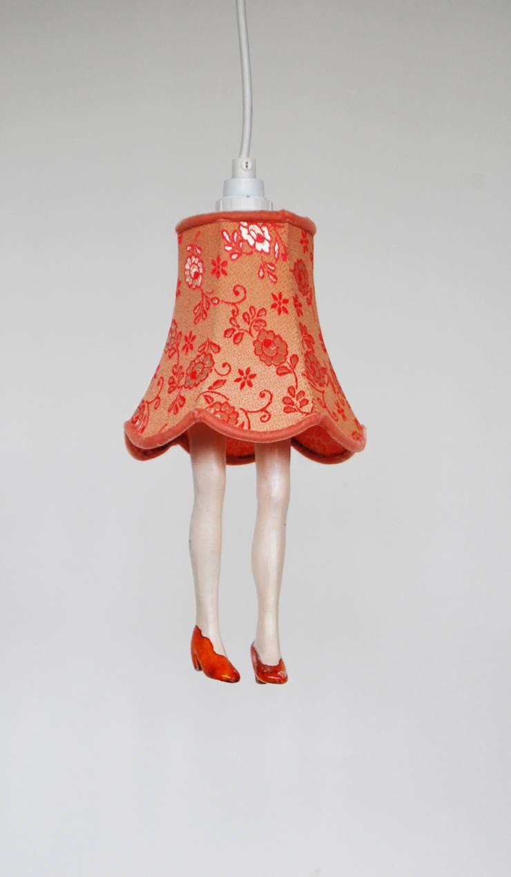 Lampje met beentjes: modern  door Marsha Metselaar, Modern Aardewerk