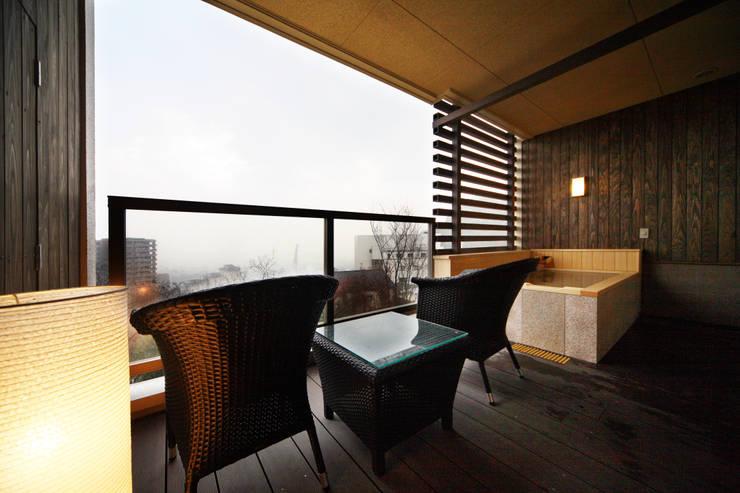 客室露天風呂: 株式会社井上輝美建築事務所+都市開発研究所  aim.design studioが手掛けたホテルです。
