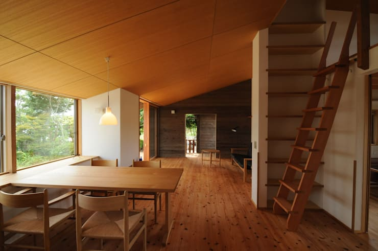 ダイニングからリビング: 加藤武志建築設計室が手掛けたリビングです。,オリジナル 木 木目調