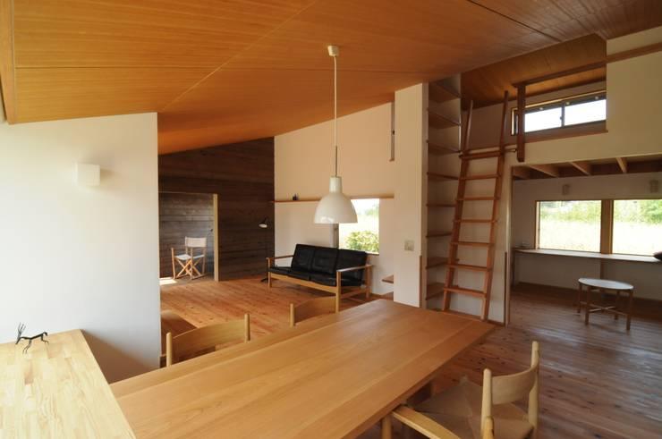 ダイニングからリビング: 加藤武志建築設計室が手掛けたダイニングです。,オリジナル 木 木目調