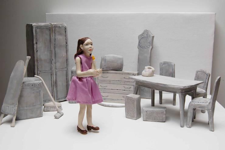 Meisje met 'n Lichtje: modern  door Marsha Metselaar, Modern Aardewerk