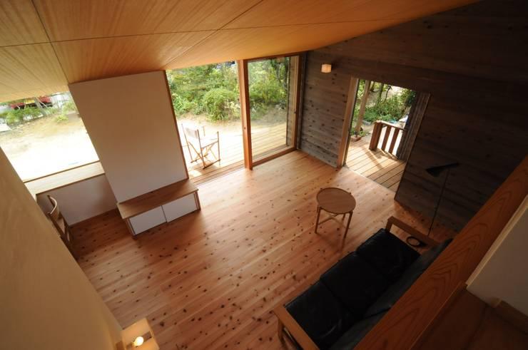 ロフトから: 加藤武志建築設計室が手掛けたリビングです。,オリジナル 木 木目調