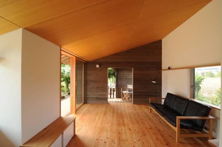 リビング: 加藤武志建築設計室が手掛けたリビングです。,オリジナル 木 木目調